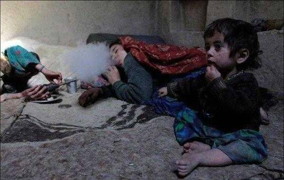 这里的父母为使孩子安静,就喂他们鸦片吃(1)