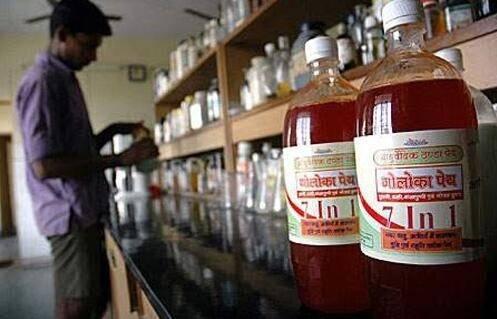 印度人用牛尿牛粪来做饮料和保健品,商店有卖,还很热销(2)