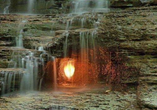 专家无法解释!直击藏在瀑布里无法熄灭的火!(1)