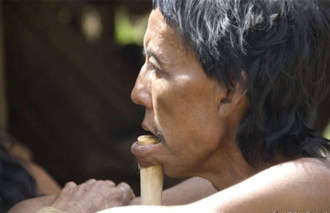 他们赤身裸体、下唇穿木棍,女人带几个女儿同时嫁给几个男人(1)