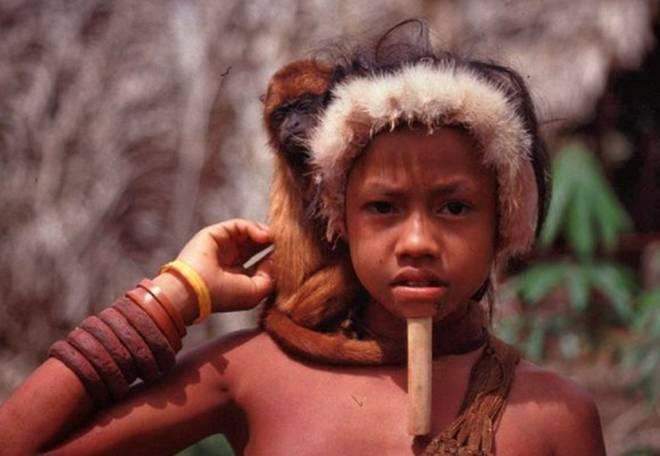 他们赤身裸体、下唇穿木棍,女人带几个女儿同时嫁给几个男人(2)