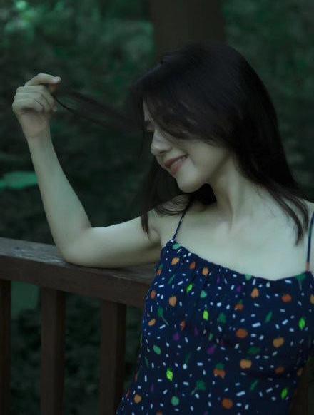 望族泽佳:高圆圆新写真似少女!穿碎花吊带裙信步绿丛中文艺范通盘