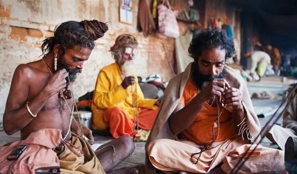 印度有群人一生只洗两次澡,每天以死尸为食,吸大麻还合法(2)