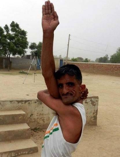 印度男子天赋异禀,身体柔软到双肩可折叠,靠表演赚取生活费(1)