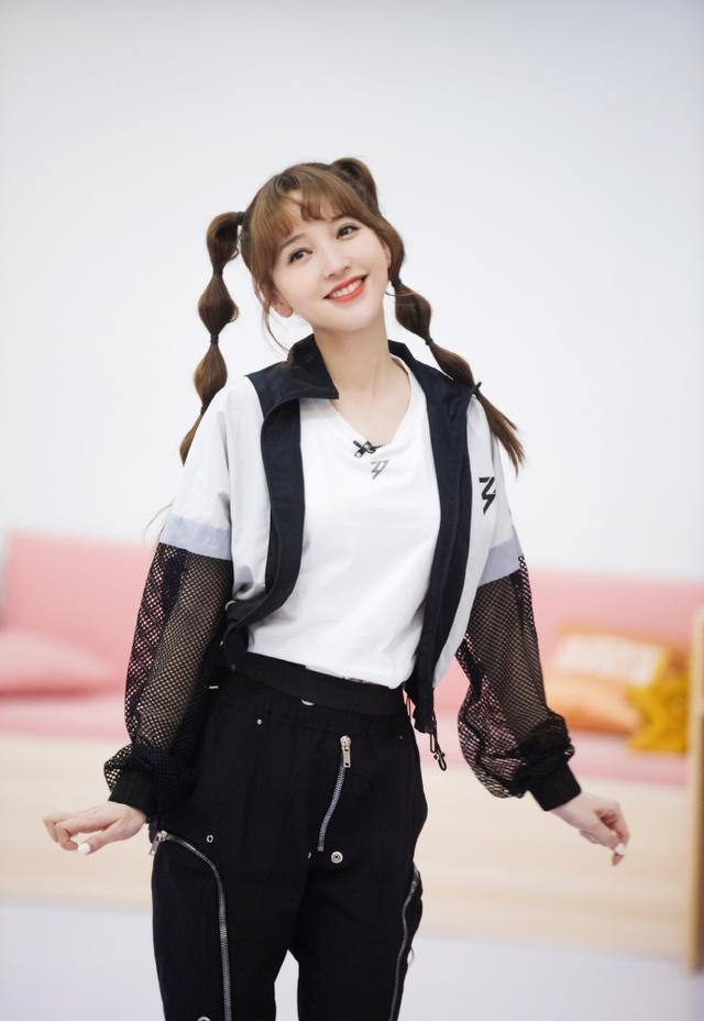 望族泽佳:金莎实力扮嫩!隐微搞怪的发型搭配灵行舞姿成绩气质幸福